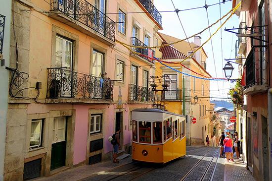Calle de Lisboa con su Tranvía