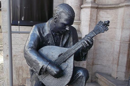 Estatua Del Cantante Del Fado